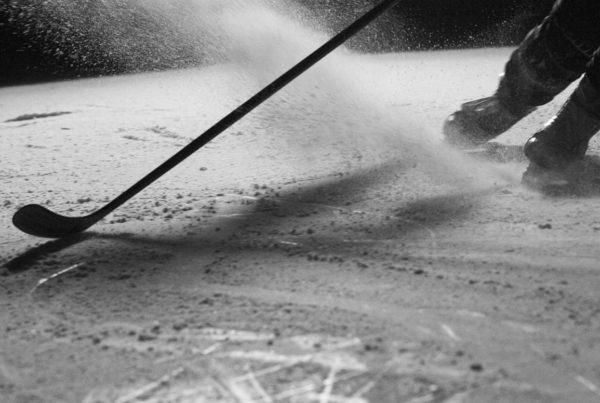 Schwarz-Weiss-Aufnahme während des Actionshootings auf dem Eis