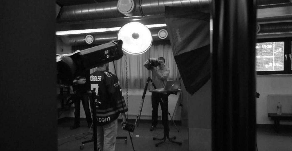Schwarz-Weiss-Aufnahme behind the scenes während des VER Fotoshootings