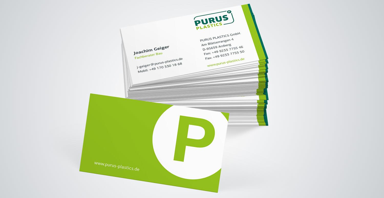 Zu sehen ist ein Stapel Visitenkarten der Firma Purus Plastics