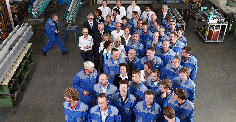Angestellte der Firma Müssel stellen sich für ein Gruppenfoto auf