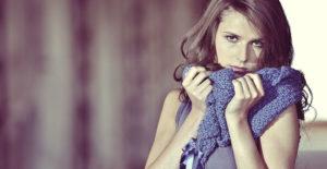 Model mit Knitti-Schal