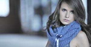 Model mit Knitti Schal