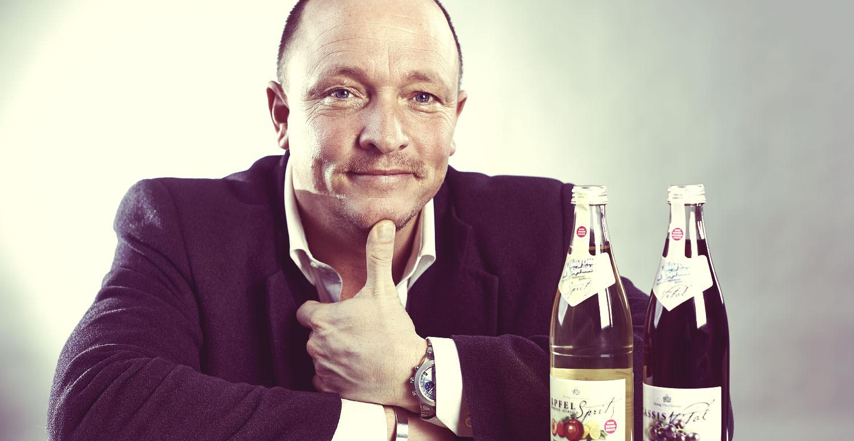 Geschäftsführer Christian Büttner mit 2 Flaschen König Otto Sprudel