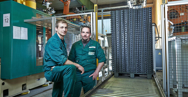 2 Angestellte in der Fertigung von PURUS PLASTICS