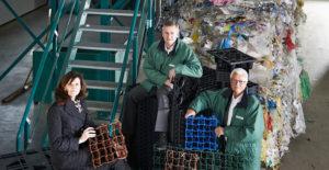 Vorstand PURUS PLASTICS mit Recyclingmaterial und ECORASTER