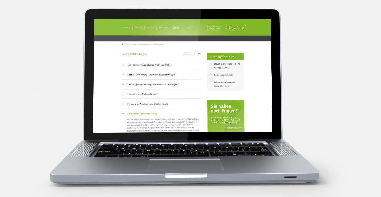 Frontal aufgestellter Laptop mit angezeigter Webseite der Firma ADIUVIS