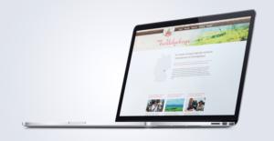 Aufgeklappter und schräg gestellter Laptop mit Webseite der Firma Lang Bräu
